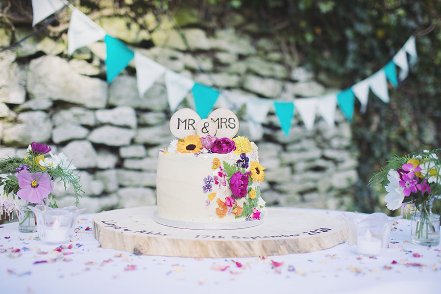 Alternative wedding cake ideas | Alternative wedding cake inspo inspiration | Flowers on cake