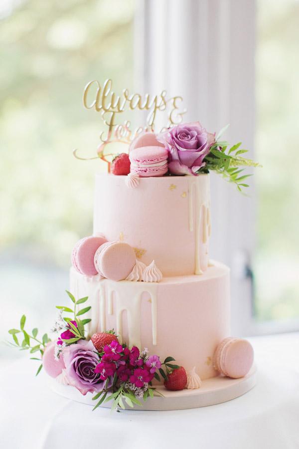 Alternative wedding cake ideas | Alternative wedding cake inspo inspiration | Baby pink cake with macarons